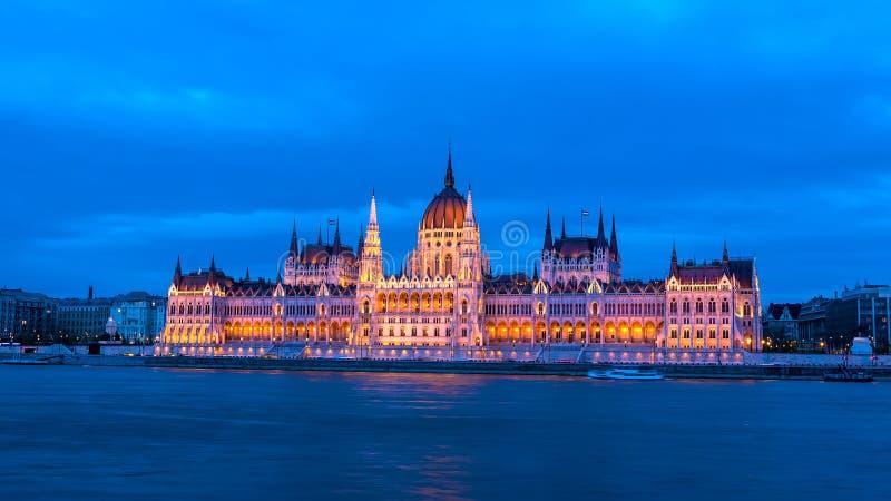 Vista na construção do parlamento em Budapest na noite imagem de stock
