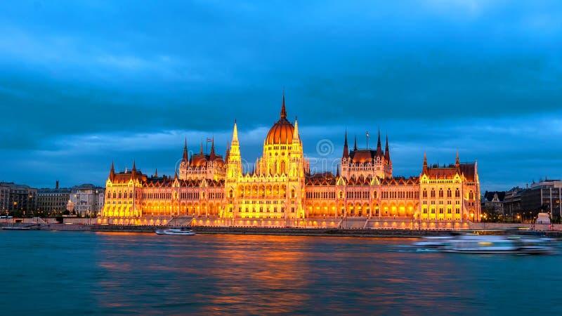 Vista na construção do parlamento em Budapest na noite foto de stock royalty free