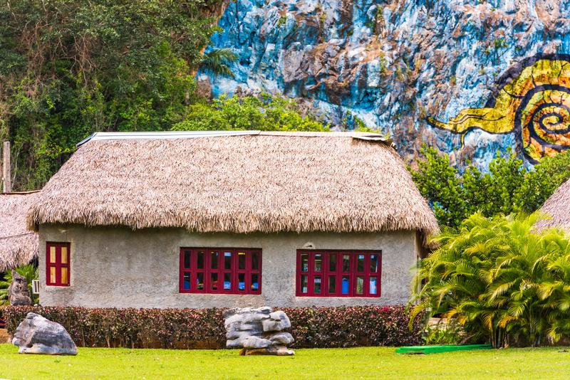 Vista na construção nas montanhas, Vinales, Pinar del Rio, Cuba Copie o espaço para o texto imagem de stock royalty free