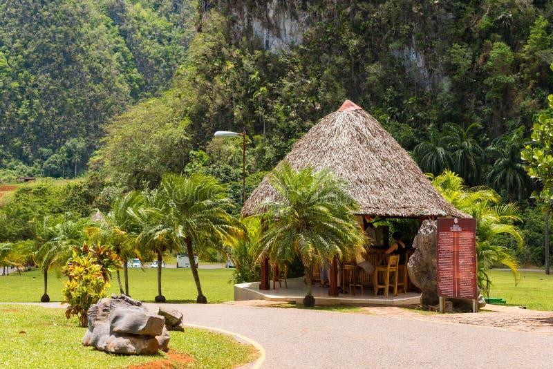 Vista na construção nas montanhas, Vinales, Pinar del Rio, Cuba Copie o espaço para o texto imagens de stock