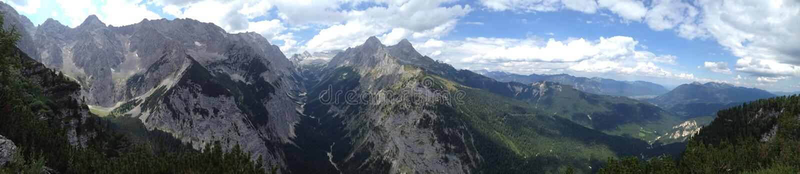 Vista na cordilheira de Wetterstein com Zugspitze  fotografia de stock