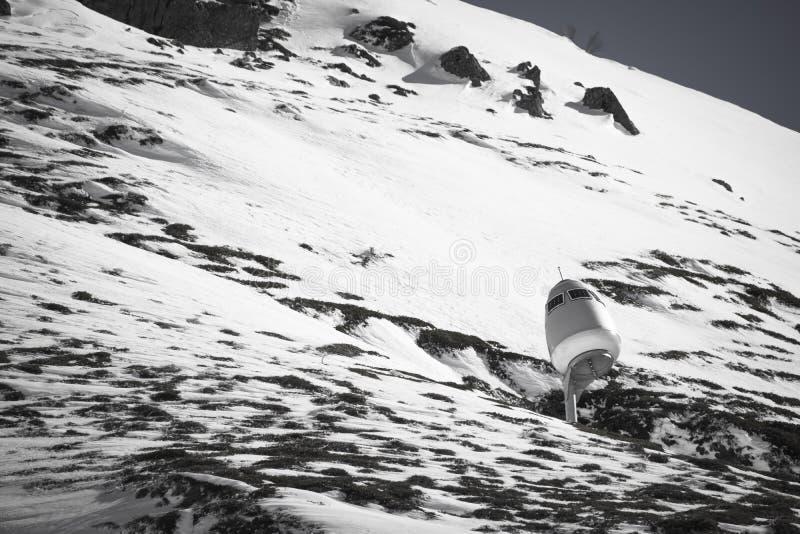 Vista na cordilheira rochosa snowcapped bonita em pyrenees em preto e branco com canhão da neve, france imagem de stock royalty free