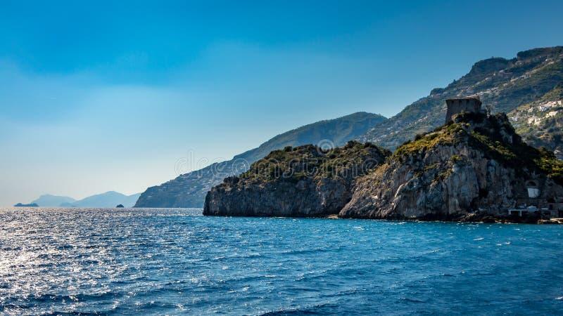 Vista na costa de Amalfi vista do mar Mediterrâneo, perto de Positano, Itália fotos de stock