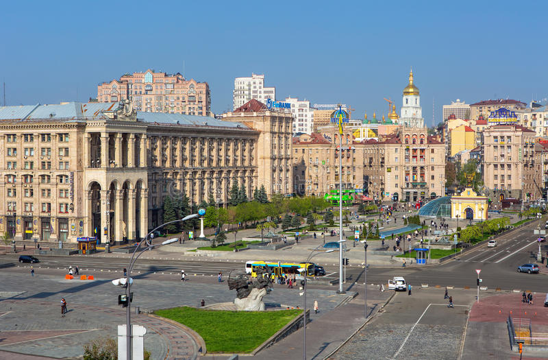 A vista na estrada de Khreschatik e a independência esquadram em Kiev, Ucrânia imagens de stock royalty free