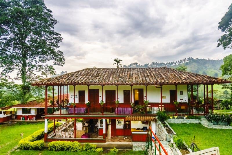 Vista na fazenda de café colonial ao lado de Salento, Colômbia imagens de stock