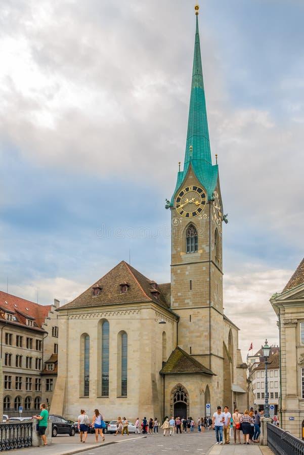 Vista na igreja de Fraumunster em Zurique - Suíça fotos de stock