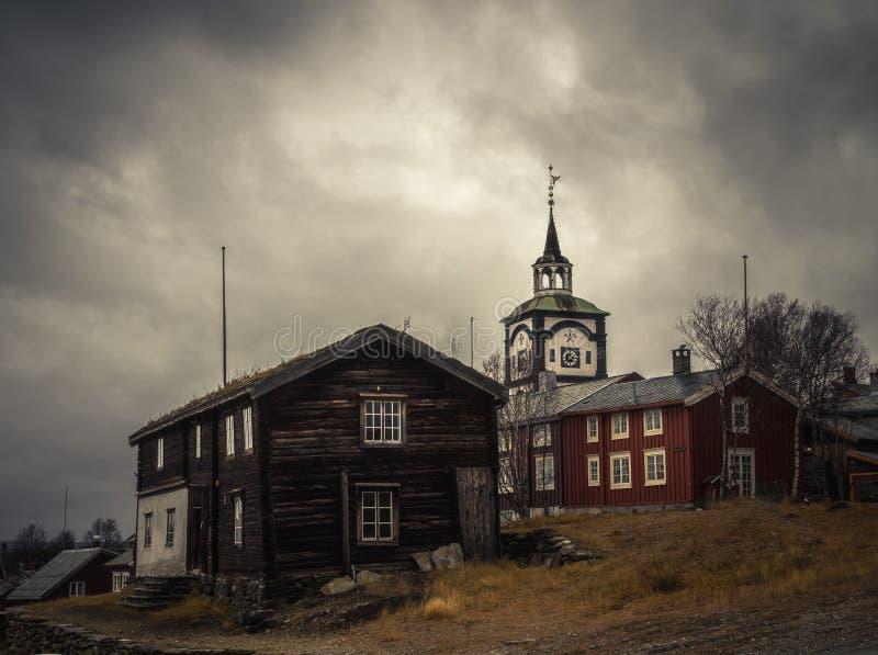 Vista na igreja de Roros Arquitetura original norueguesa Mineração a fotografia de stock royalty free