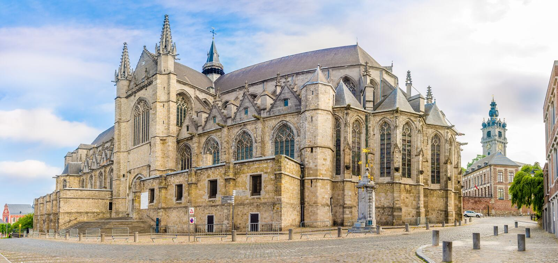 Vista na igreja de Saint Waltrude em Mons - Bélgica fotografia de stock royalty free