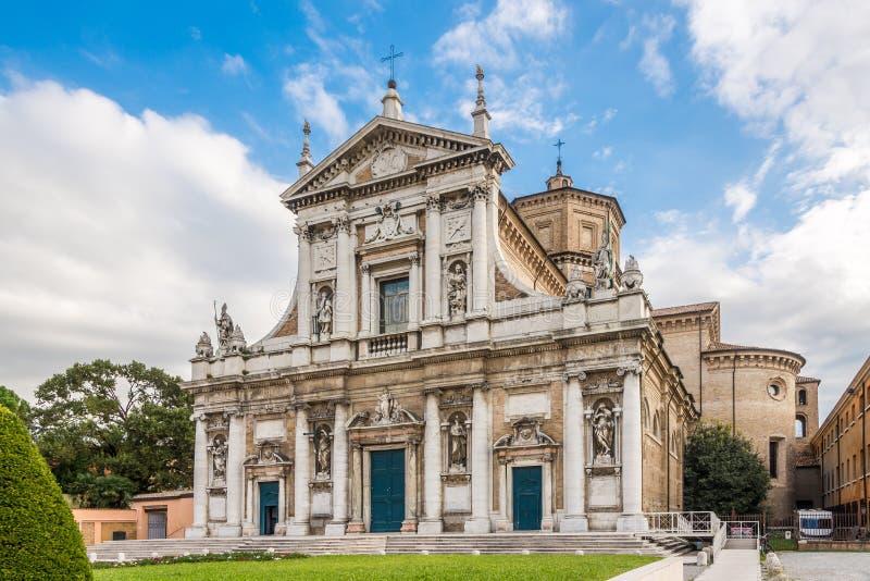 Vista na igreja de Santa Maria em Porto em Ravenna - Itália imagens de stock