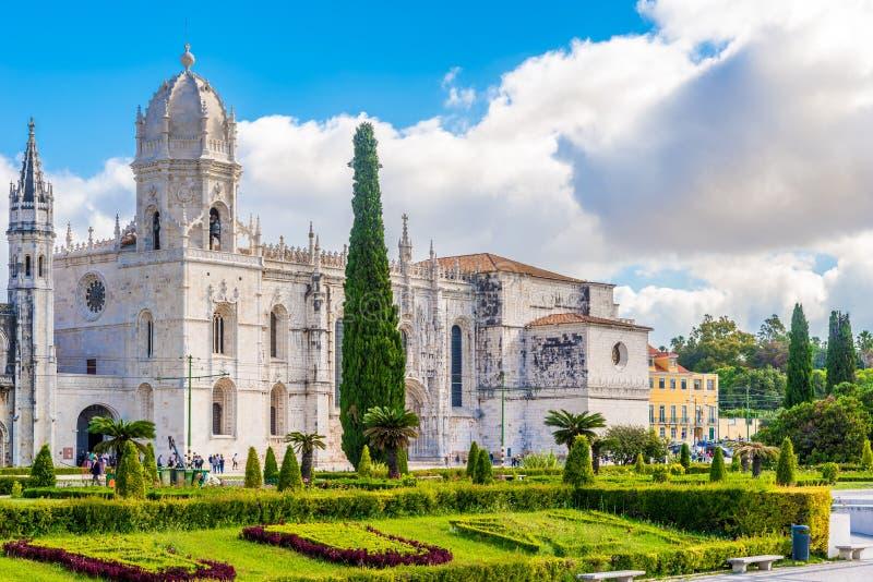 Vista na igreja de Santa Maria perto do monastério de Jeronimos em Lisboa - Portugal imagens de stock royalty free