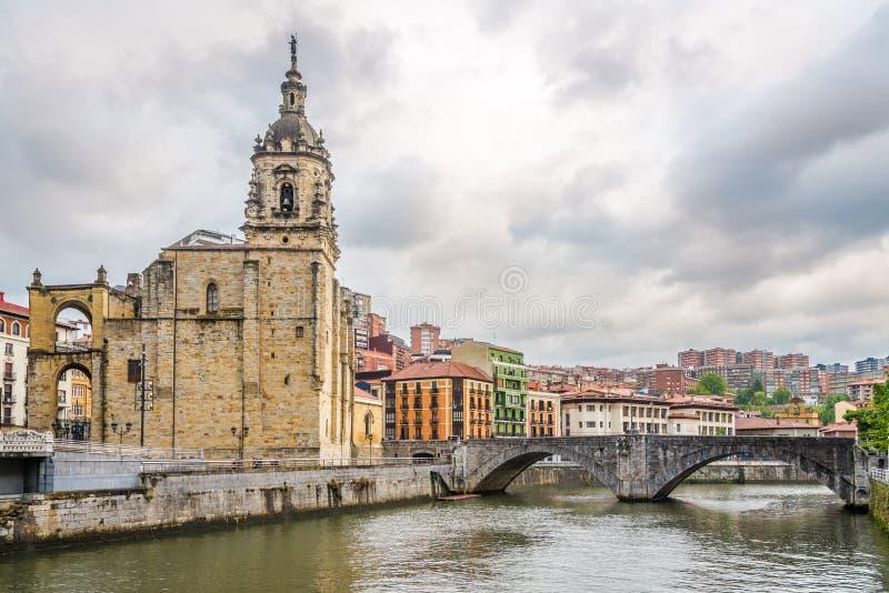 Vista na igreja de St Anthony da terraplenagem do rio de Nervion em Bilbao - Espanha imagem de stock