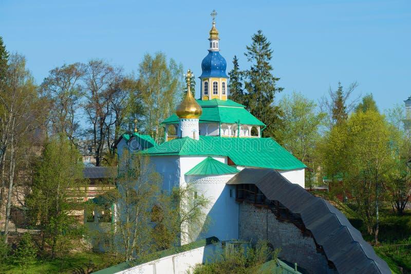 A vista na igreja velha Monastério de Svyato-Uspenskiy Pskovo-Pechersky, Rússia imagens de stock royalty free
