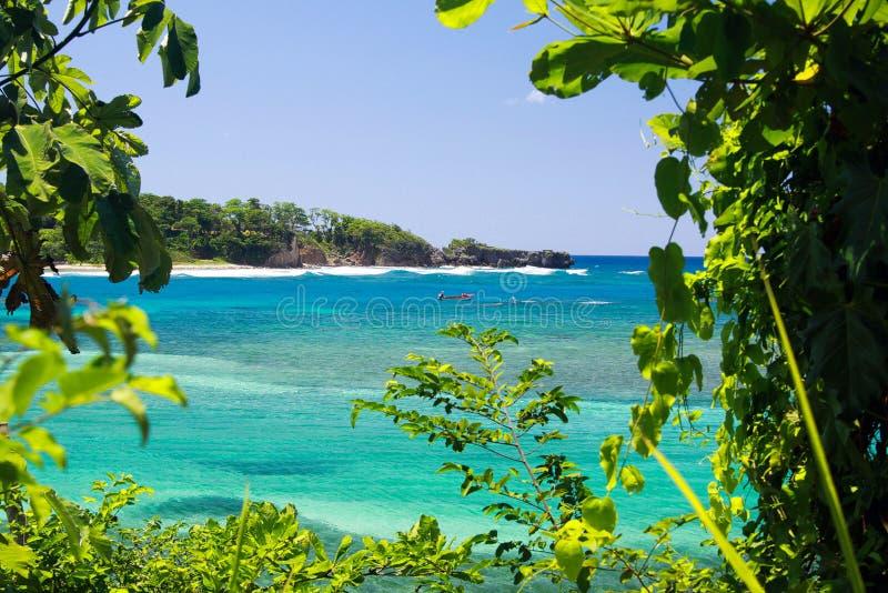 Vista na ilhota isolado com água branca da areia e da turquesa - lagoa azul em Portland, Jamaica imagem de stock