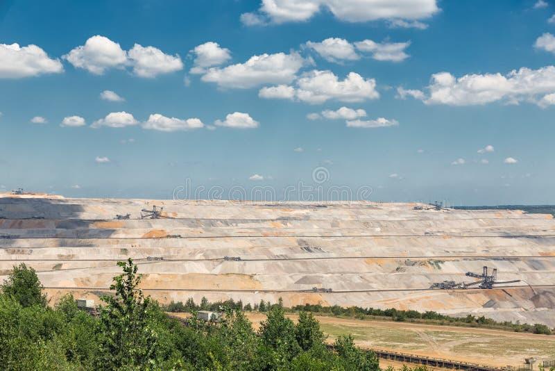 Vista na mina de poço aberto Hambach com escavação de carvão marrom fotos de stock