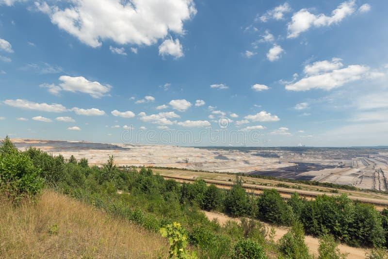 Vista na mina de poço aberto Hambach com escavação de carvão marrom imagens de stock royalty free