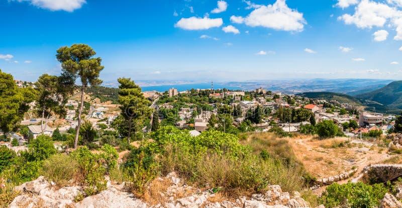 Vista na natureza de Galilee, na arquitetura da cidade de Safed e no lago nortes Kinneret em Israel fotos de stock