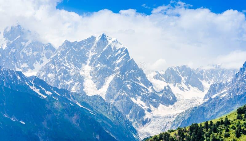 Vista na paisagem da montanha de Svaneti por Mestia em Geórgia fotografia de stock