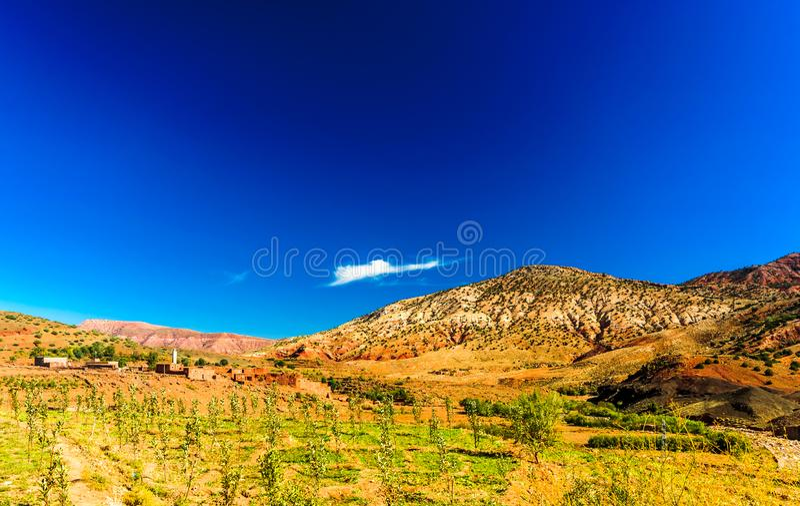 Vista na paisagem pelo vale de Telouet e de Asif Ounila em Marrocos imagem de stock