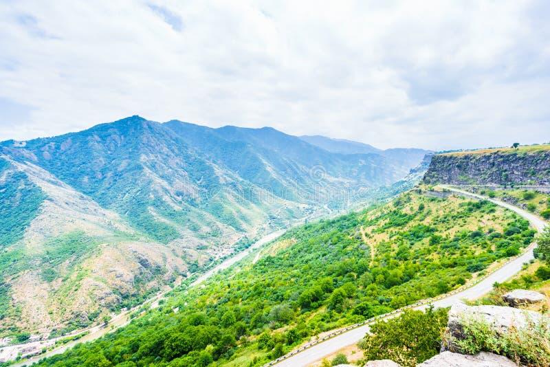 Vista na paisagem verde da montanha e no vale de george em Armênia fotografia de stock royalty free