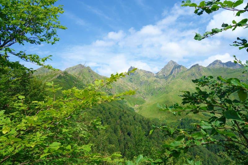 Vista na passagem de montanha de Tsashkibuli em montanhas de Cáucaso em uma fuga de caminhada que conduz para pratear lagos em Ge foto de stock royalty free