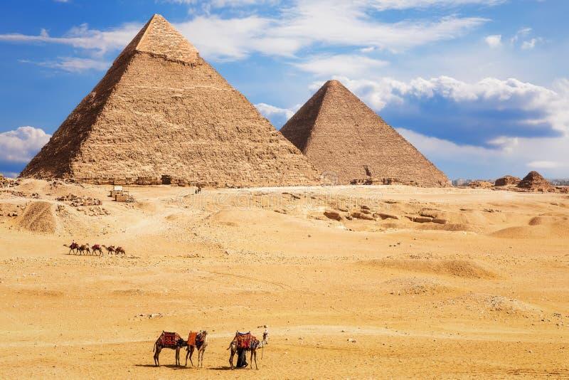 Vista na pirâmide de Khafre e na pirâmide de Khufu, deserto de Giza, Egito fotografia de stock royalty free