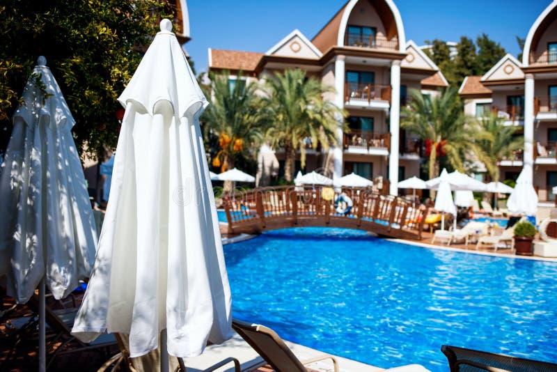Vista na piscina azul grande na frente do hotel imagem de stock