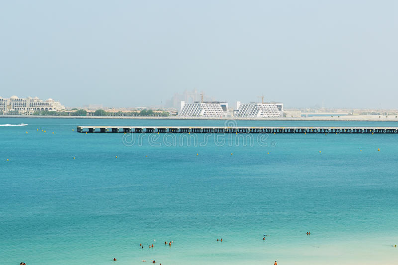 A vista na pista de decolagem Skydive Dubai e da palma de Jumeirah imagens de stock royalty free