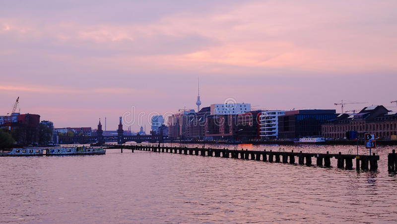 A vista na ponte de Oberbaum e a tevê elevam-se no por do sol em Berlim, Alemanha fotos de stock royalty free