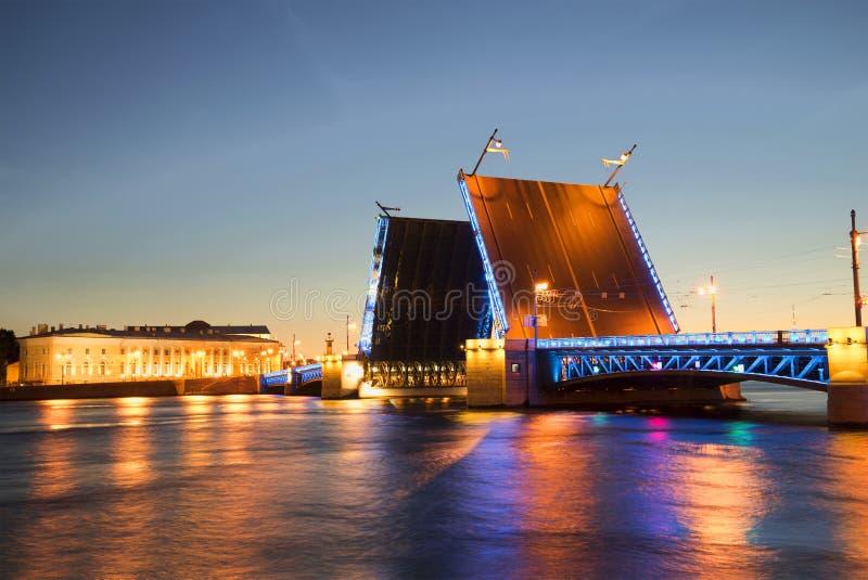 Vista na ponte divorciada do palácio da terraplenagem de Admiralty durante as noites brancas St Petersburg fotografia de stock