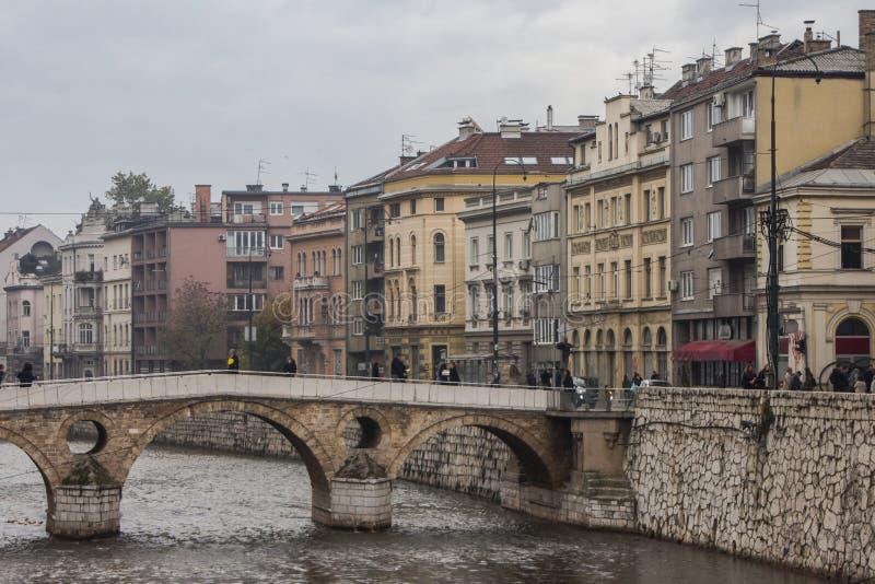 A vista na ponte latino é uma ponte do otomano sobre o rio Miljacka em Sarajevo, em Bósnia e em Herzegovina fotos de stock