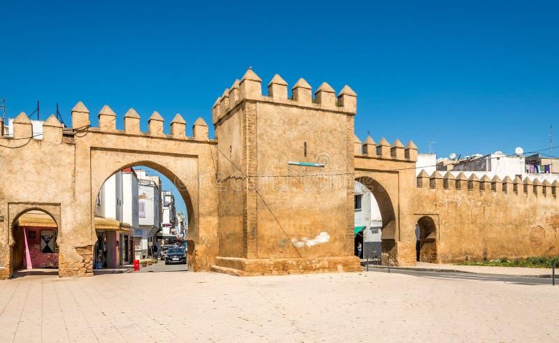 Vista na porta à cidade da venda - Marrocos fotografia de stock
