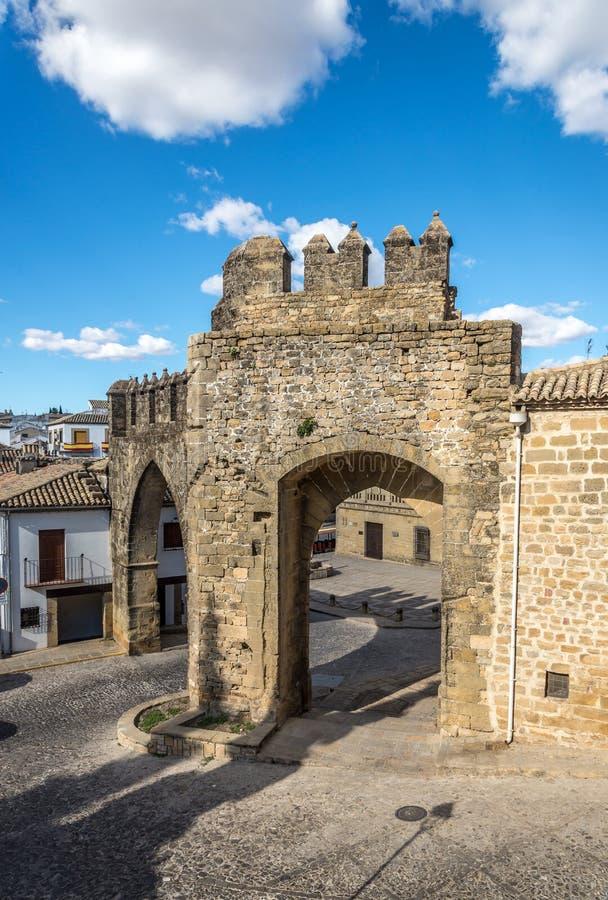 Vista na porta De Jae'n e Arco De Villalar em Baeza, Espanha imagens de stock royalty free