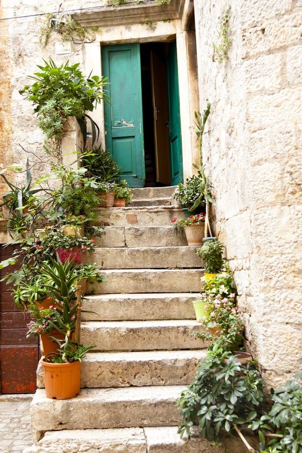 Vista na porta verde aberta - Trogir fotografia de stock royalty free