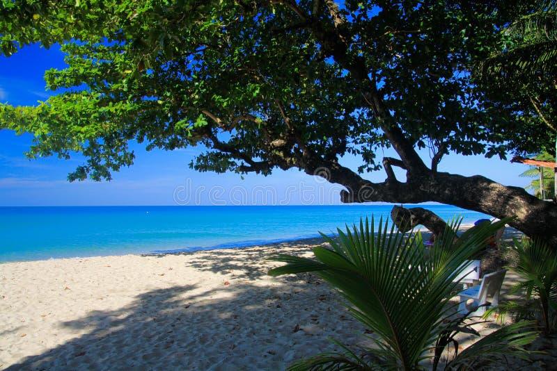 Vista na praia branca tropical da areia, Ko Chang, Tailândia imagem de stock
