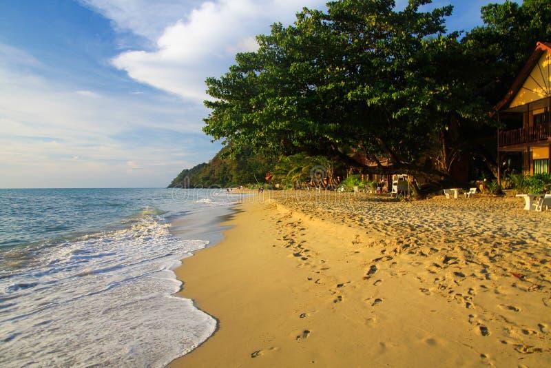 Vista na praia branca tropical da areia, Ko Chang, Tailândia foto de stock