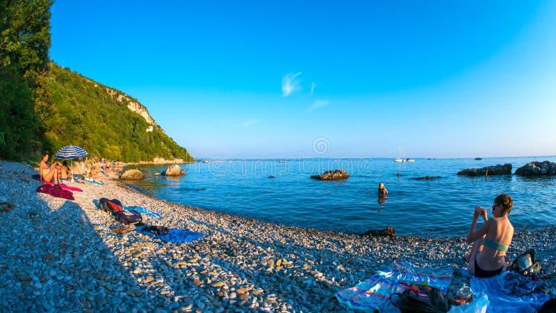 Vista na praia em Trieste imagens de stock