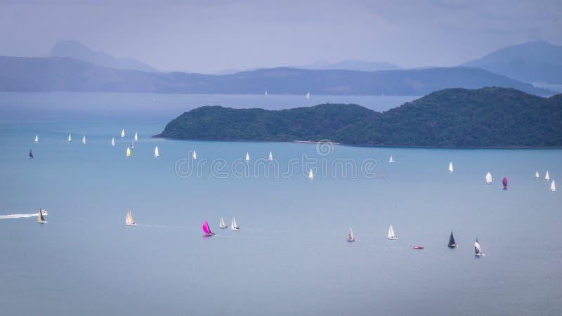 Vista na regata da navigação em ilhas do domingo de Pentecostes imagem de stock