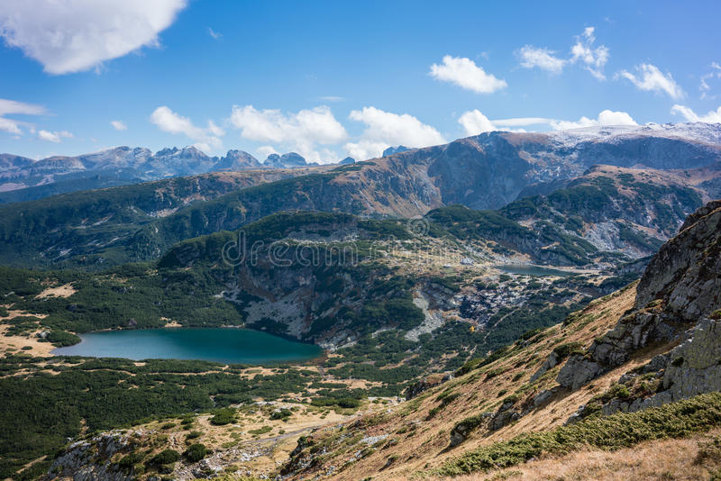 Vista na região do lago do rila sete nas montanhas búlgaras fotografia de stock royalty free