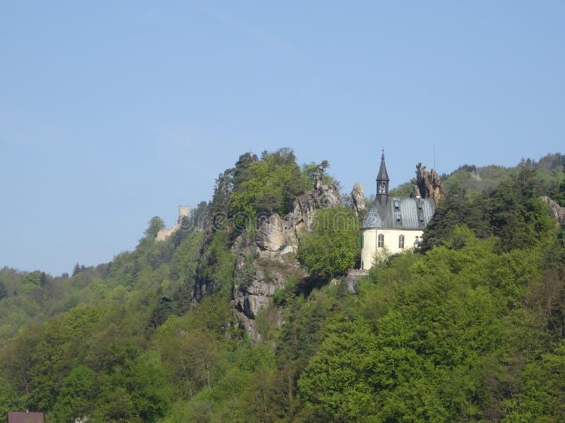 Vista na ruína do castelo de Vranov com Pantheo imagens de stock royalty free