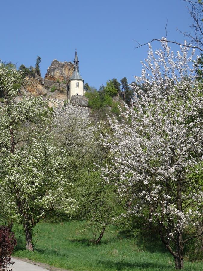 Vista na ruína do castelo de Vranov com Pantheo imagem de stock