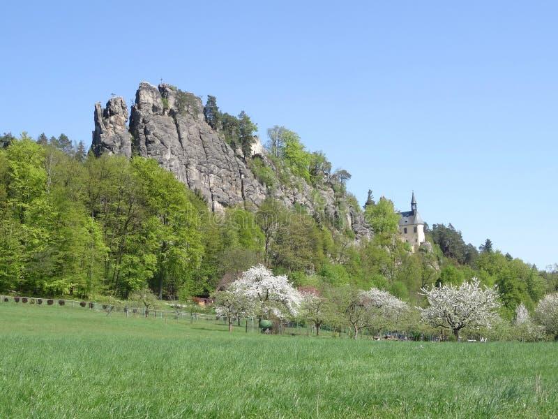 Vista na ruína do castelo de Vranov com Pantheo fotografia de stock