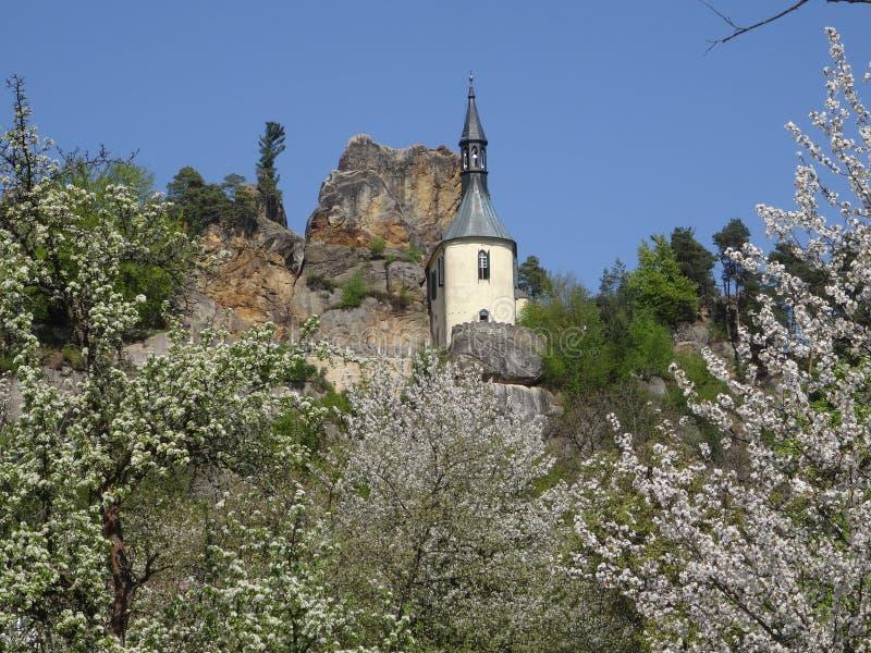 Vista na ruína do castelo de Vranov com Pantheo imagem de stock royalty free