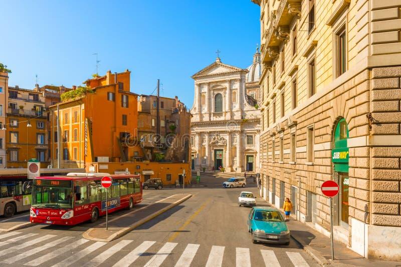 Vista na rua, conduzindo à igreja em Roma, Itália fotografia de stock royalty free