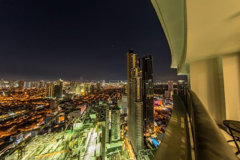 Vista na skyline iluminada de Manila fotografia de stock