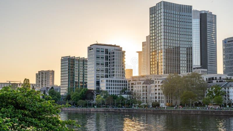 Vista na skyline no por do sol, Francoforte de Francoforte, hesse, Alemanha imagem de stock royalty free