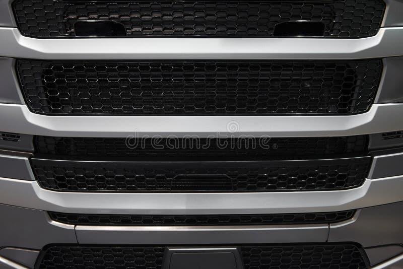 Vista na tampa do radiador da cabine do caminhão do carro com grade da grade Teste padrão do fundo da grade de radiador do carro  fotos de stock