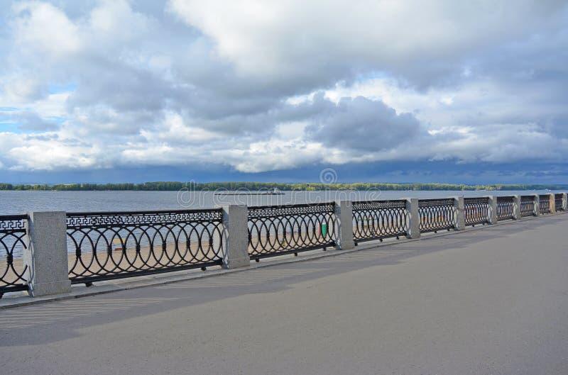 Vista na terraplenagem de Volga da cidade do Samara em antecipação ao temporal fotos de stock royalty free