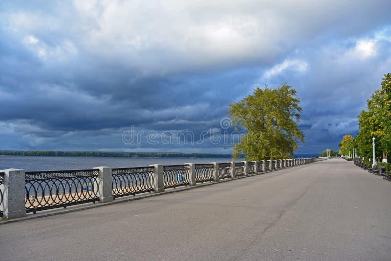 Vista na terraplenagem de Volga da cidade do Samara em antecipação ao temporal fotografia de stock