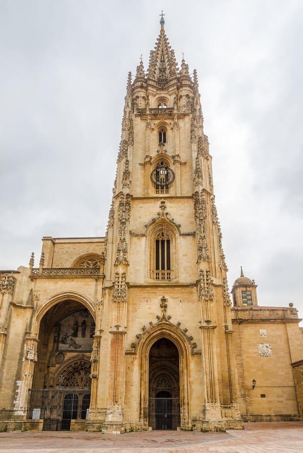 Vista na torre de Bell da catedral do San Salvador nas ruas de Oviedo na Espanha fotografia de stock