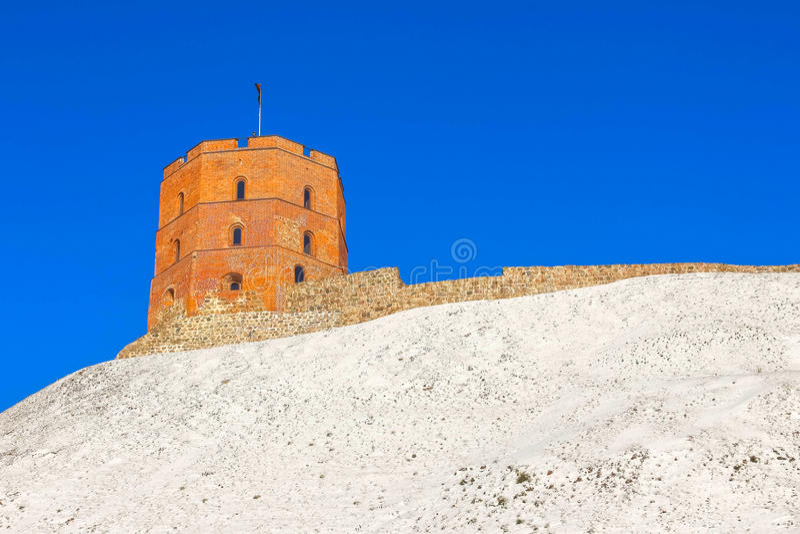 Vista na torre de Gediminas no monte do castelo na cidade velha da cidade de Vilnius em Lituânia imagem de stock